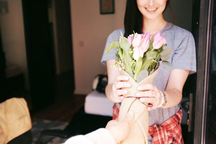 Flowers gift to wedding anniversary