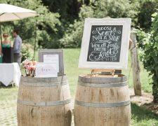 Wooden barrels at the wedding – unconventional wedding decoration